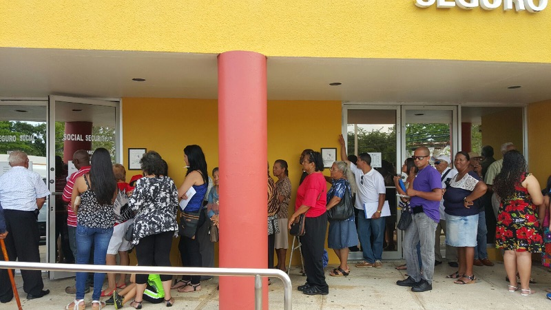 Enormes filas en oficinas de seguro social radio isla for Oficinas seguridad social