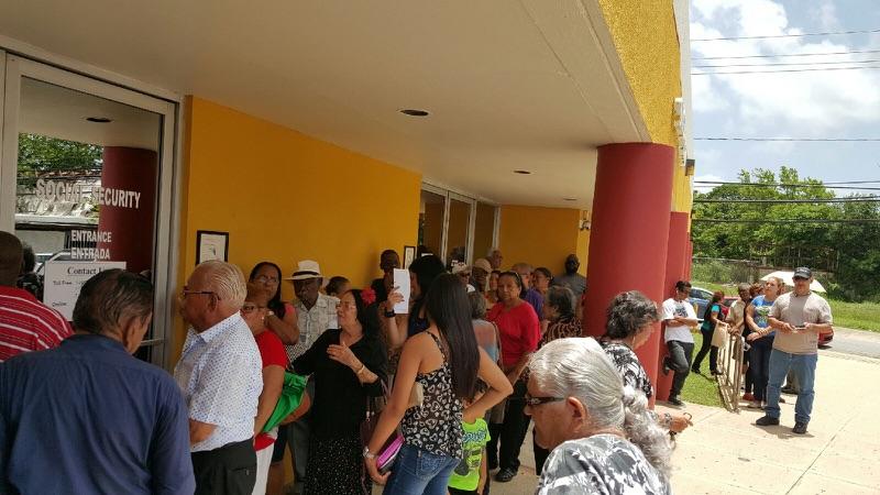 Enormes filas en oficinas de seguro social radio isla for Oficinas seguridad social bizkaia