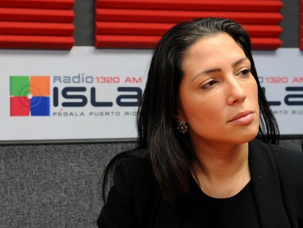alexandra lúgaro maneja la carrera de don omar radio isla 1320 am